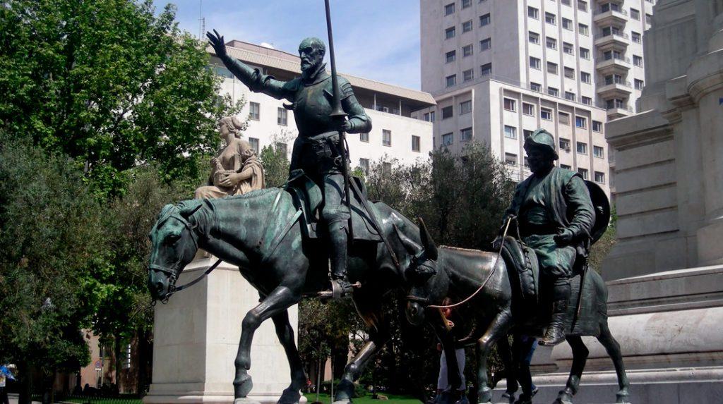 Detalle de Don Quijote y Sancho Panza en el Monumento a Cervantes de la Plaza de España.