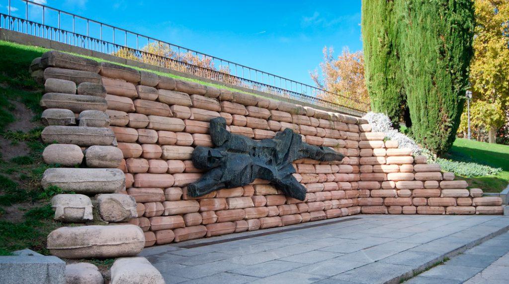 Monumento a los caídos que puede verse en la Montaña del Príncipe Pío a su entrada por la calle Ferraz.