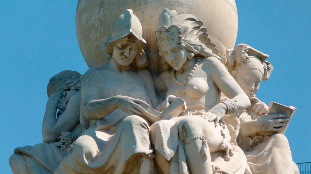 Los cinco continentes, representados por cinco mujeres, en los que puede leerse El Quijote. Monumento a Cervantes en la Plaza de España.