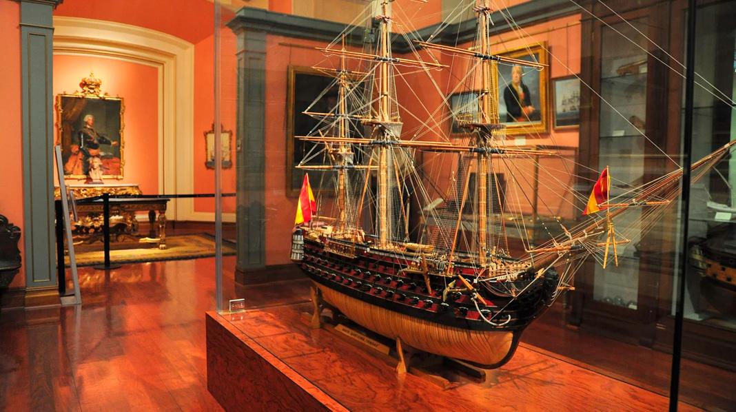 Interior del Museo Naval de Madrid, con una maqueta de grandes dimensiones.