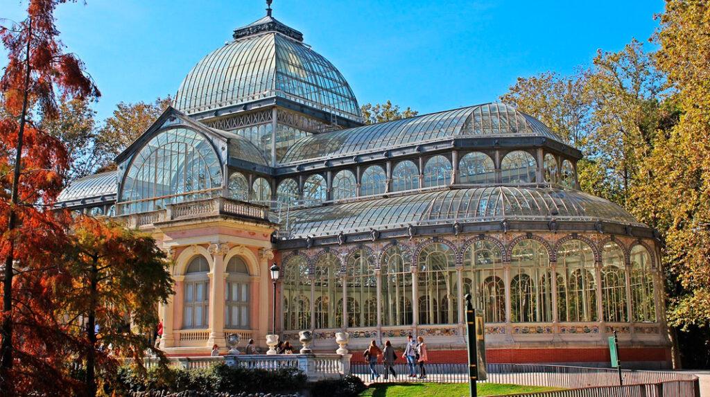 El Palacio de Cristal, uno de los edificios más bonitos del Parque del Retiro y sede alternativa del Museo Reina Sofía.