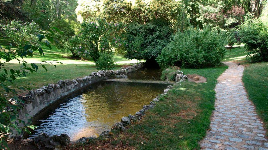 Parque del Oeste, con su río artificial y veredas de estilo inglés.