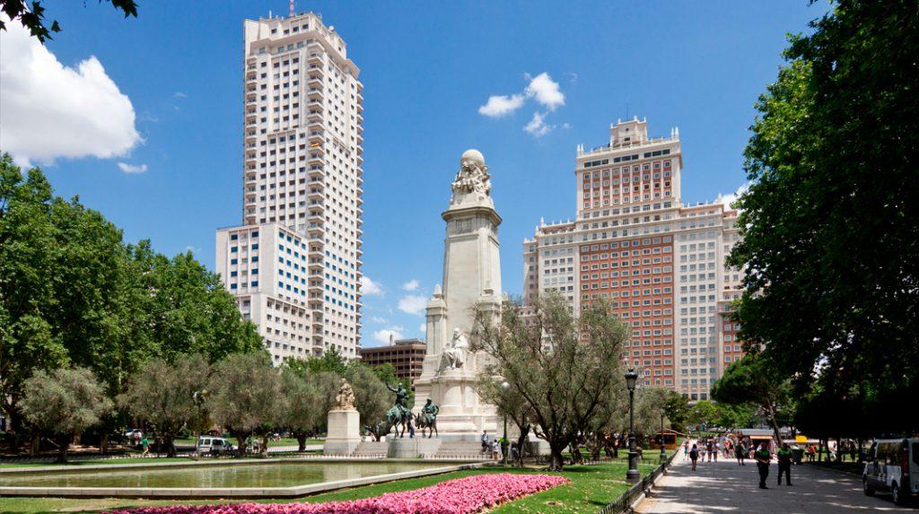 Panorámica de la Plaza de España, con la Torre de Madrid a la izquierda, el Monumento a Cervantes en el centro y el Edificio España a la derecha.