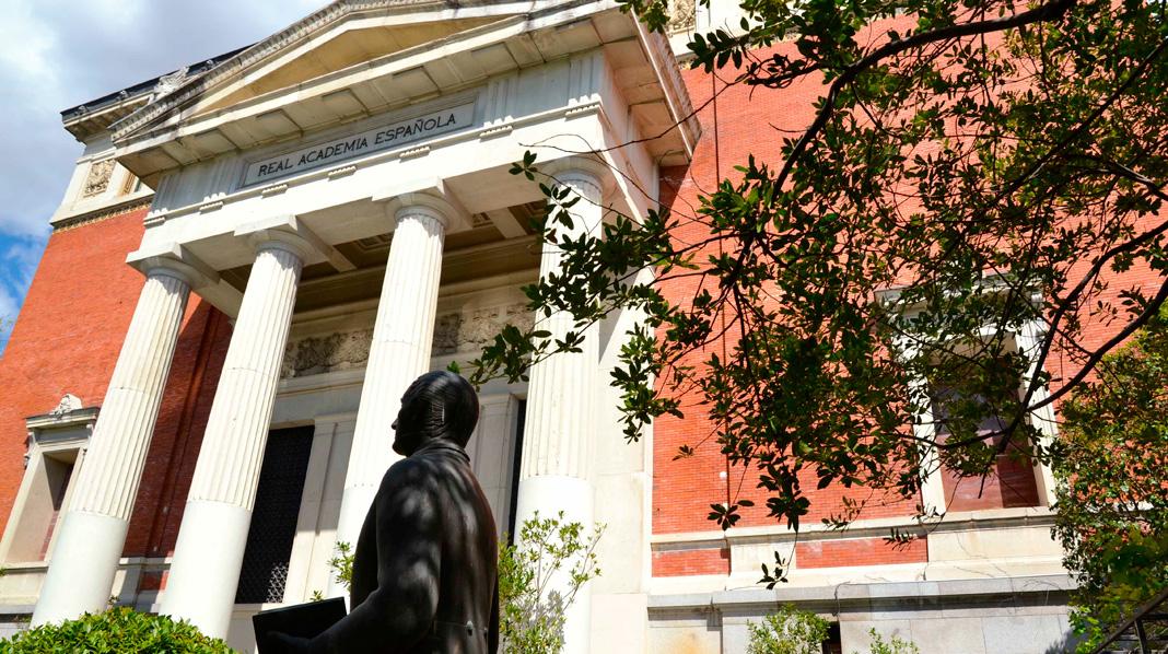 Entrada principal de la sede de la Real Academia Española.