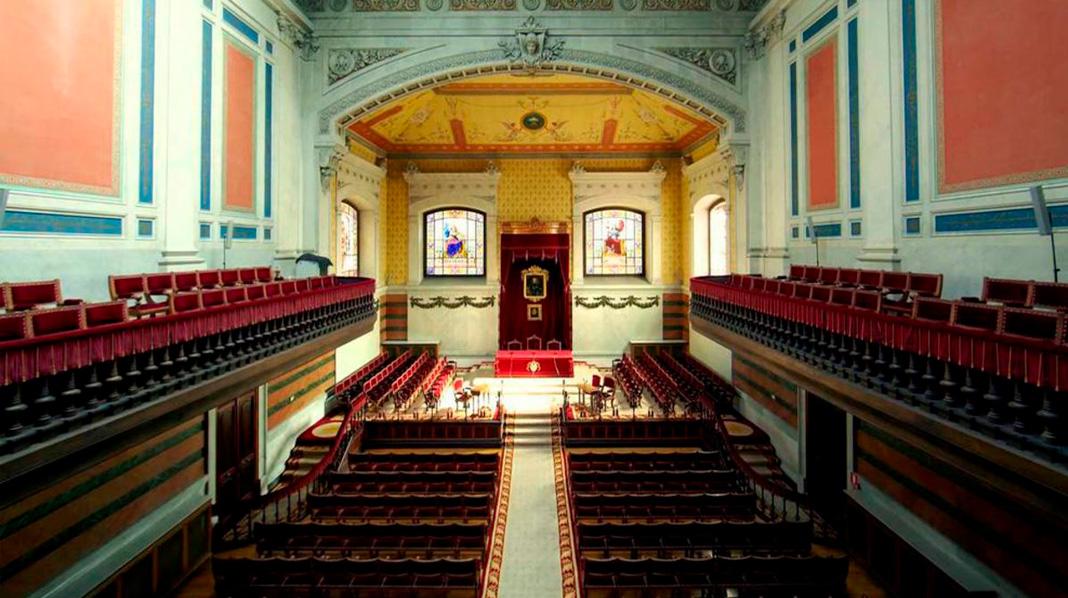 Salón principal en el que se reúnen los académicos de la Real Academia Española.
