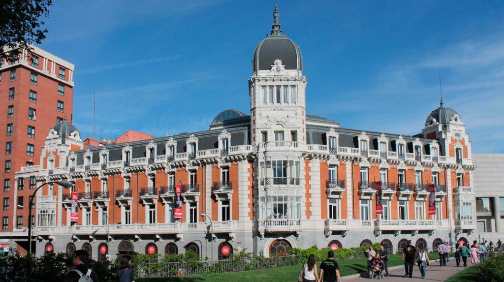 Edificio de la Real Compañía Asturiana de Minas, el edificio más antiguo de la Plaza de España.