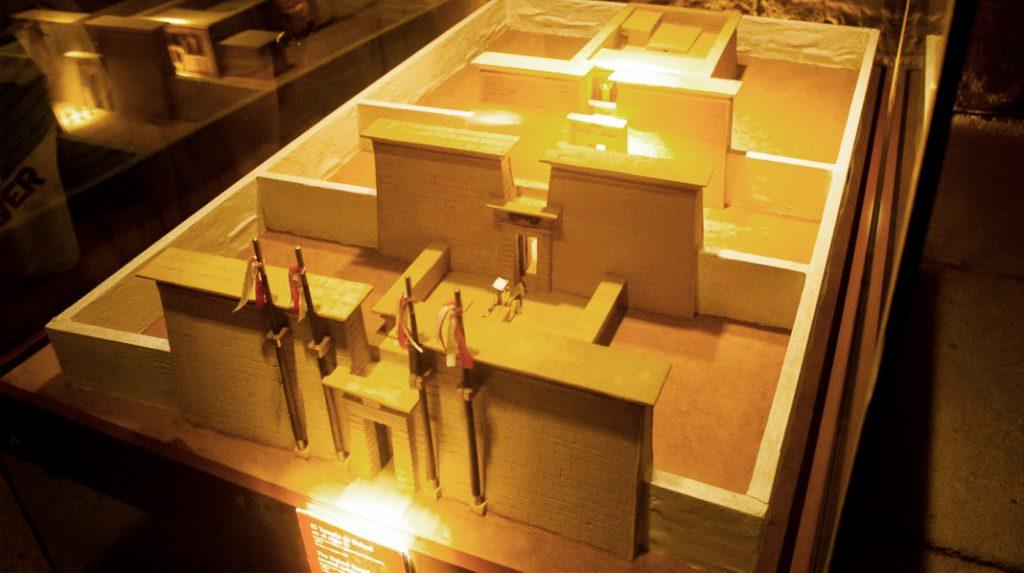 Maqueta del aspecto original, en Egipto, que tendría el Templo de Debod en la antigüedad.