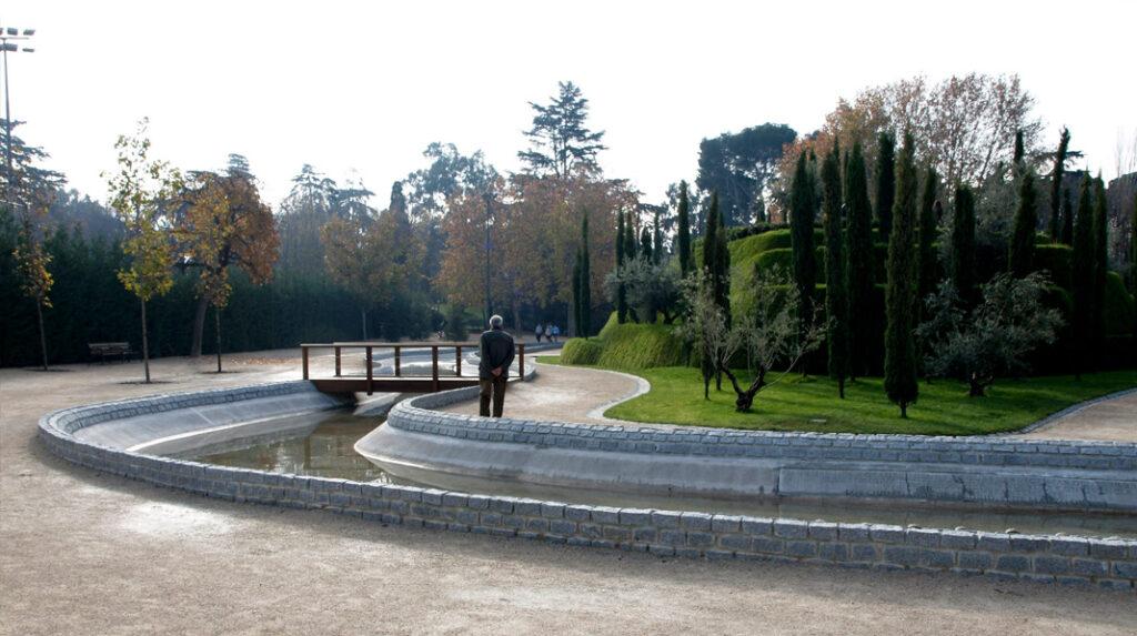Canal y una de las pasarelas que permite acceder al Bosque del Recuerdo.