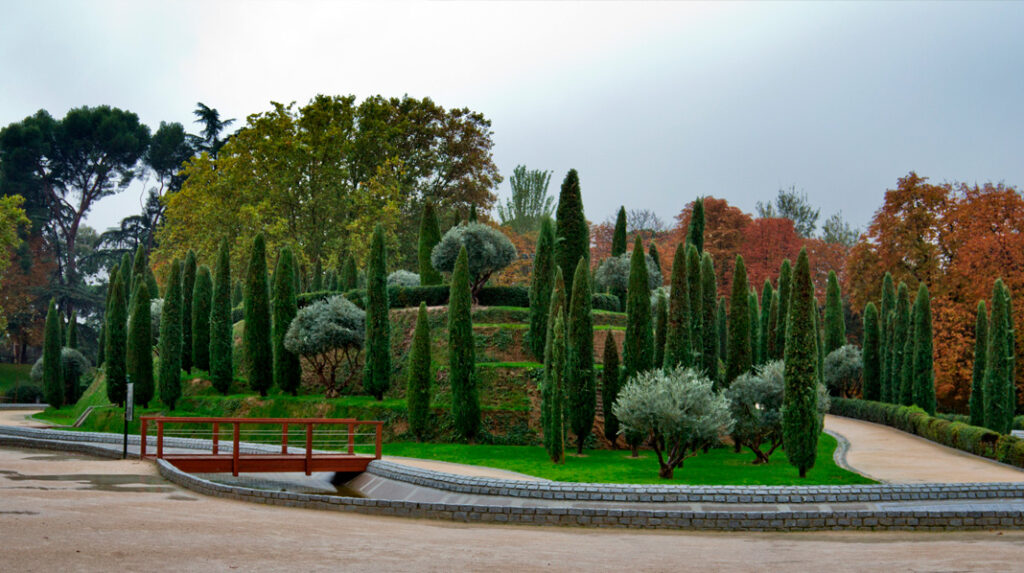 Vista general del Bosque del Recuerdo, colina artificial con 192 árboles en homenaje a las 192 víctimas del atentado del 11M.