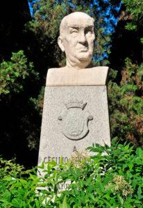 Estatua de Cecilio Rodríguez en los jardines que él diseñó.