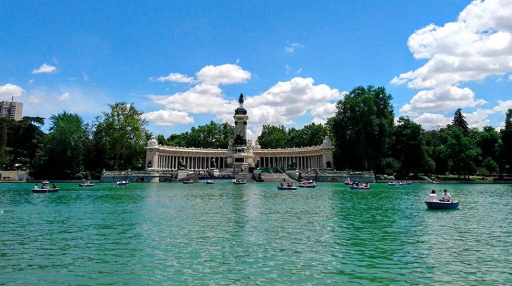 Estanque Grande del Parque del Retiro, con las típicas barcas y el Monumento de Alfonso XIII al fondo.