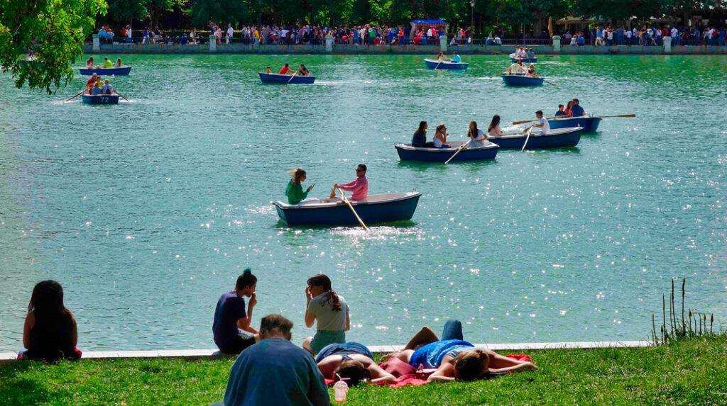 Estanque Grande del Parque del Retiro, plagado de visitantes y barcas de remo.