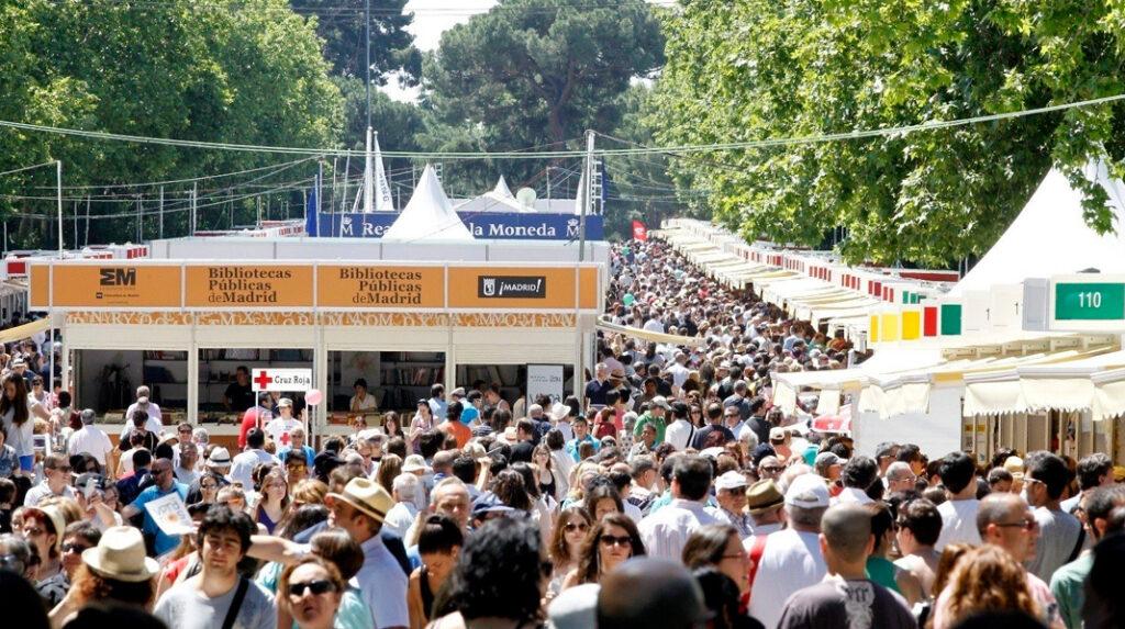 La Feria del Libro de Madrid se celebra cada año en el Parque del Retiro.