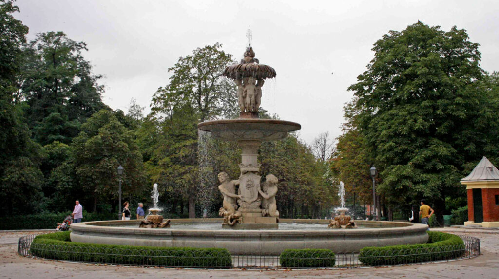 Fuente de la Alcachofa, en el Parque del Retiro junto al Estanque Grande.