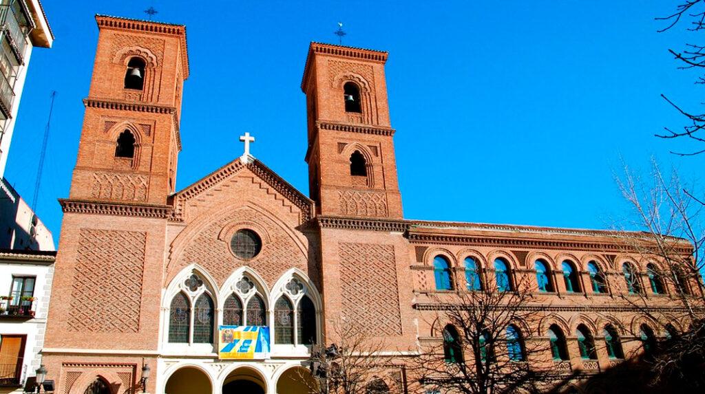 Fachada principal, con sus dos torres gemelas y su estilo neomudejar, de la Iglesia de la Paloma.