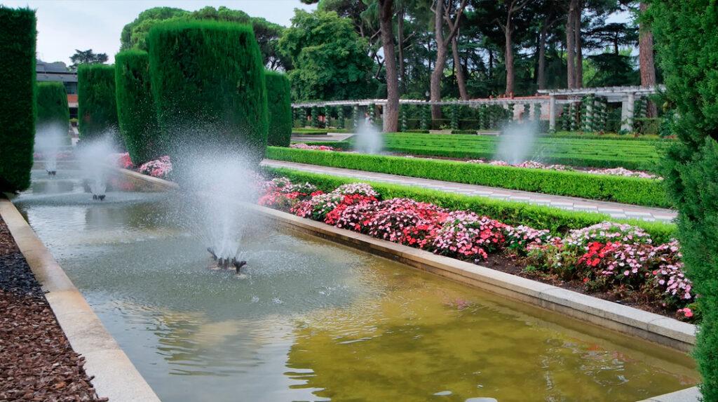 Zona central de los jardines de Cecilio Rodríguez, con sus estanques, surtidores y cipreses.
