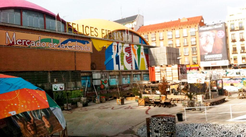 Mercado de la Cebada, en La Latina, con el Teatro La Latina al fondo.