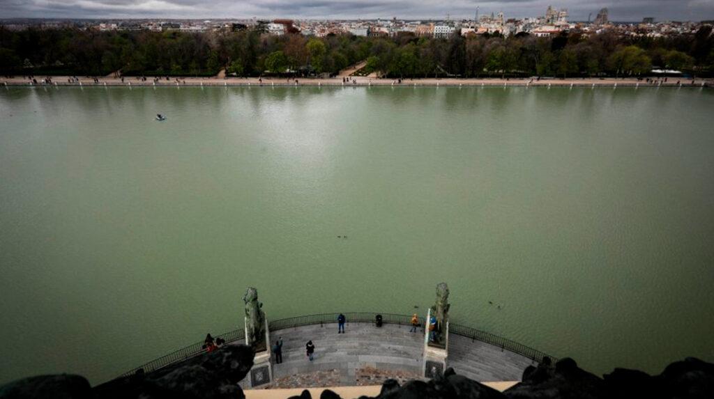 Vistas del Estanque Grande del Parque del Retiro desde el mirador del Monumento a Alfonso XII.