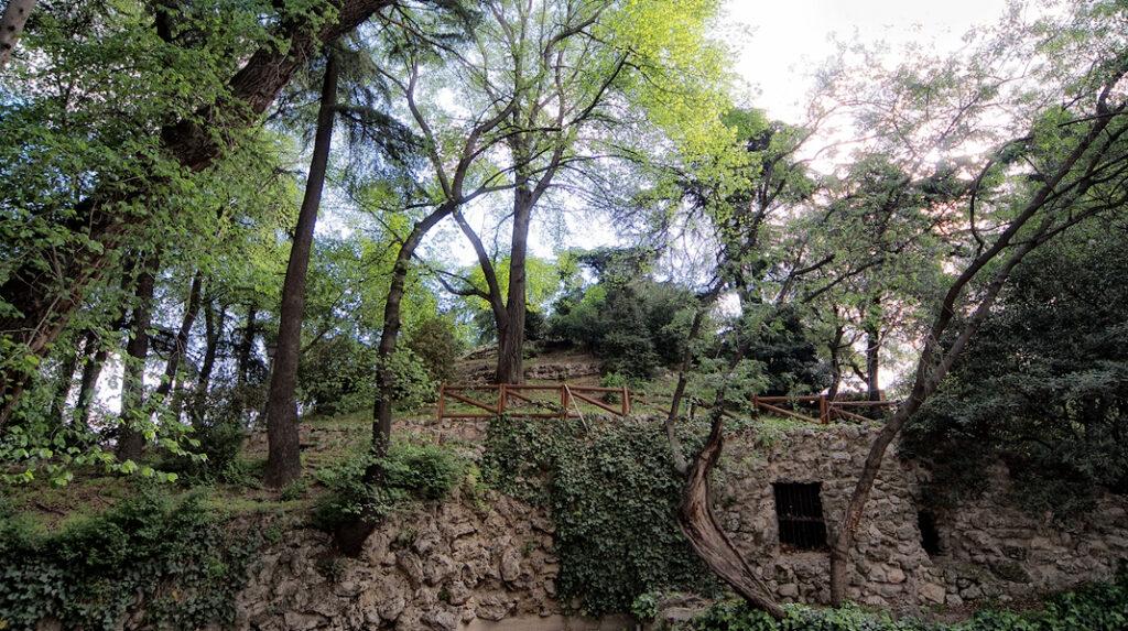 Aspecto de la Montaña Artificial que puede verse en la parte noreste del Parque del Retiro.