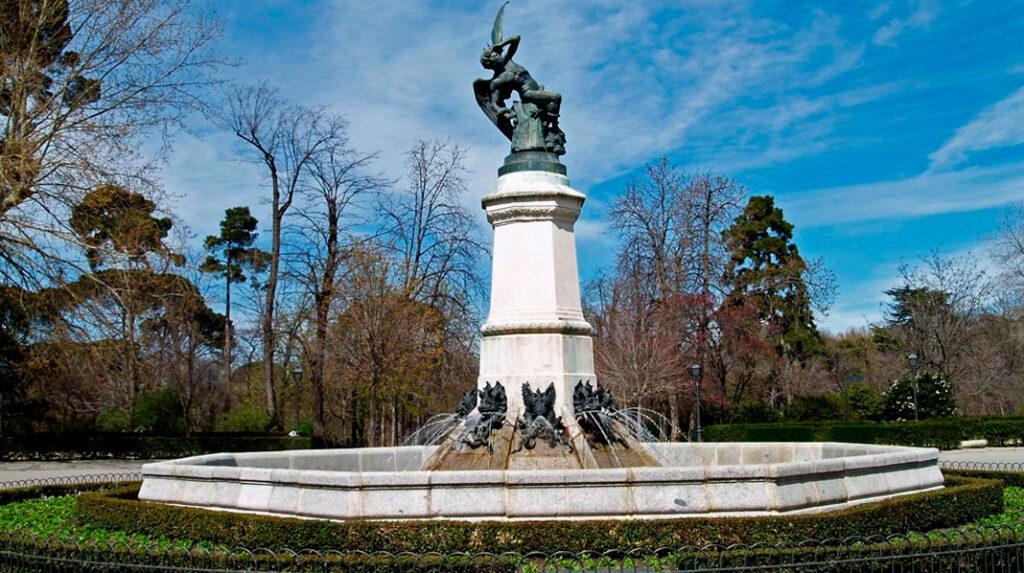 Vista general del monumento al Ángel Caído, sobre su base octogonal y con los dragones escupiendo agua.