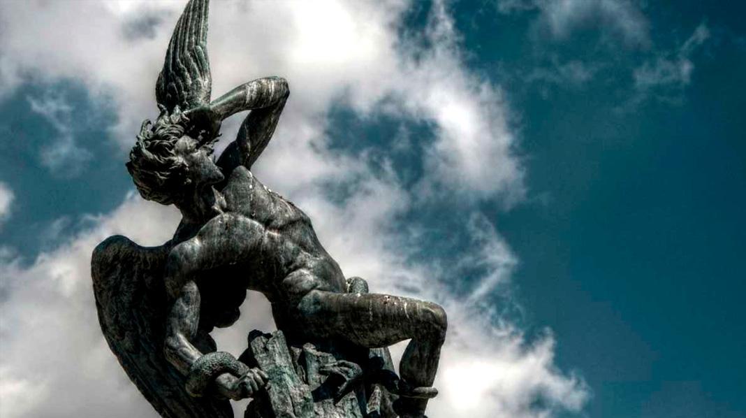 Detalle del Monumento al Ángel Caído, único del mundo dedicado al diablo.