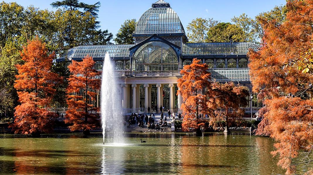 Vista idílica del Palacio de Cristal desde el otro lado del estanque en Otoño.