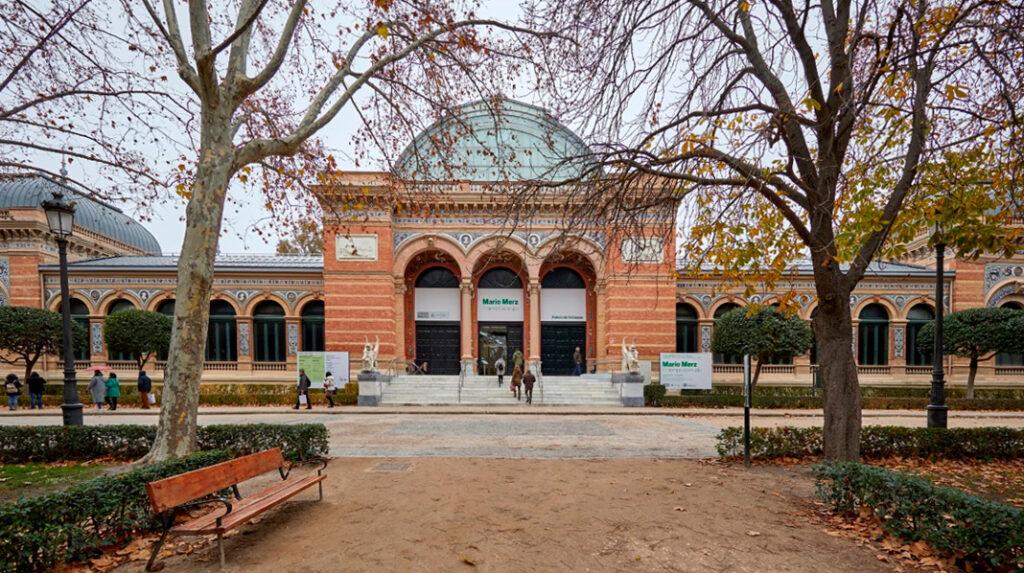 Fachada principal del Palacio de Velázquez, en el Parque del Retiro.