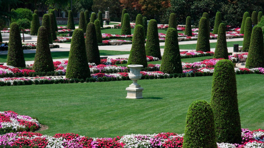 Cipreses y parterres con flores del Parterre Francés del Parque del Retiro.
