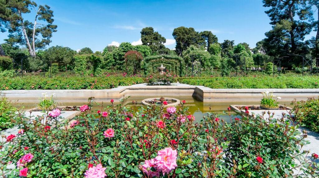 Pequeño estanque en el centro de la Rosaleda del Parque del Retiro.