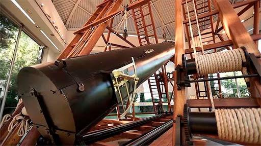 Replica del gran telescopio de Herschel, construido originalmente en el siglo XVIII y destruido durante la ocupación francesa.
