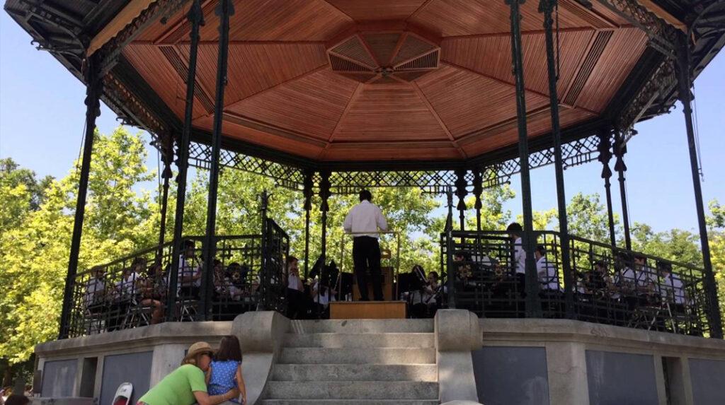 La Banda Municipal tocando música de forma gratuita en el Templete del Parque del Retiro.