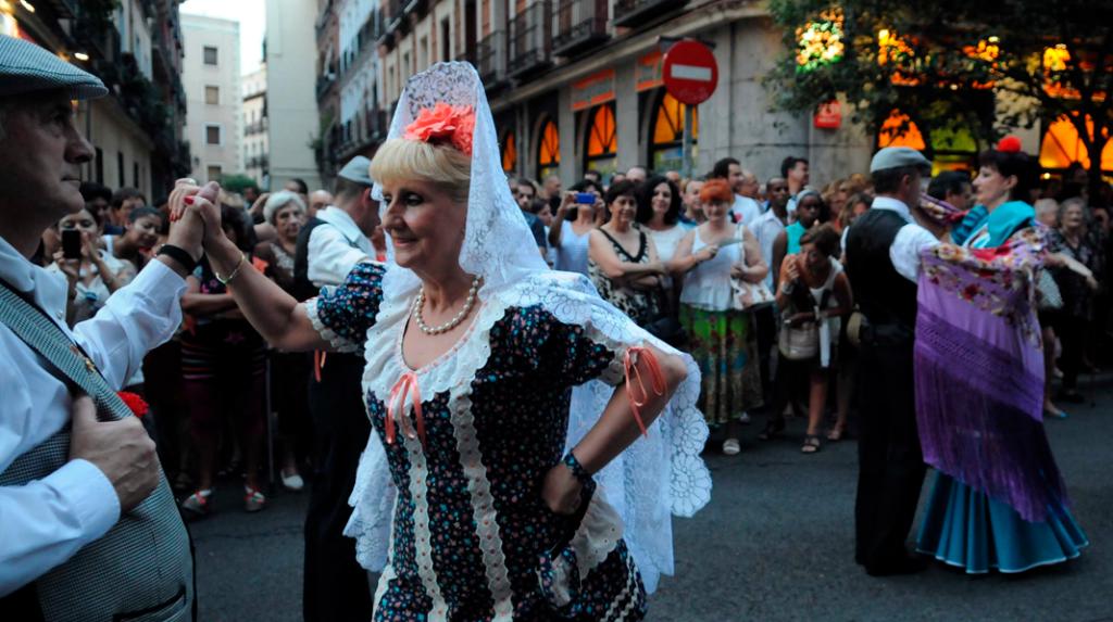Madrileños bailando durante la Verbena de la Paloma