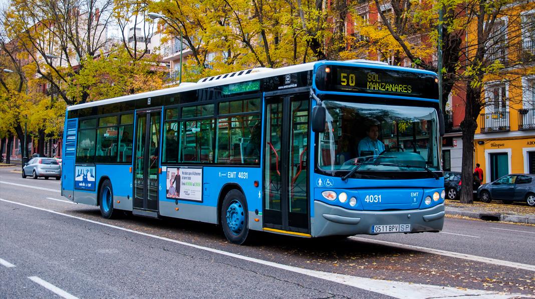 Inconfundible aspecto, por su color azul, de los autobuses urbanos de Madrid.
