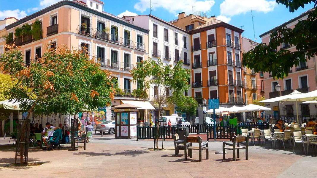 Bares y terrazas en una de las plazas del barrio de Malasaña.