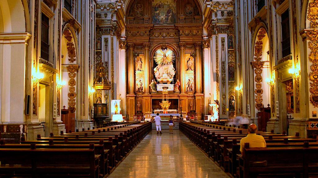 Interior de la antigua Catedral de Madrid, la Colegiata de San Isidro.