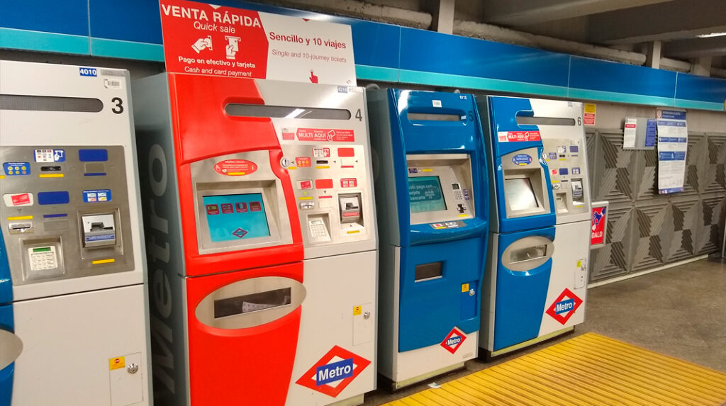 Máquinas expendedoras de billetes y bonos del Metro de Madrid.