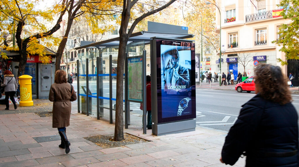 Típicas paradas de los autobuses urbanos de Madrid.