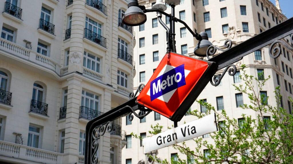 Exterior de la parada de Metro de la Gran Vía.