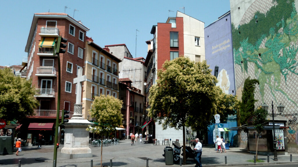 Plaza de Puerta Cerrada, inicio de la Cava Baja y famosa por sus murales.