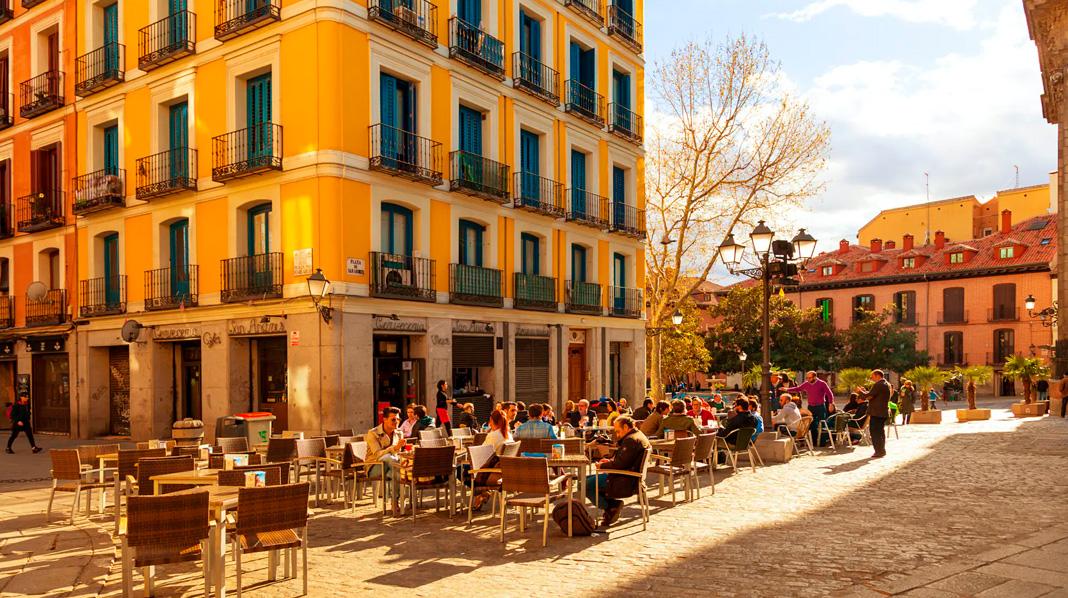 Terraza de un bar en la Plaza de San Andrés, en el corazón de La Latina.