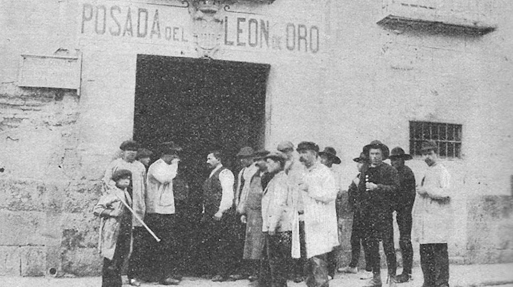 Foto antigua de la Posada del León de Oro, uno de los establecimientos más antiguos de Madrid.