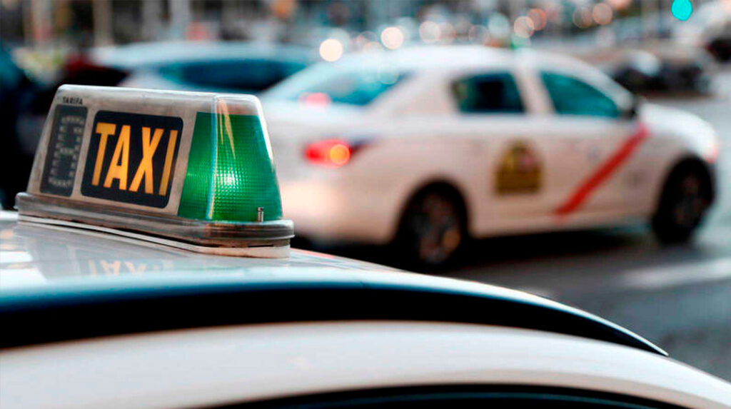 Detalle del Luminoso de un Taxi de Madrid, indicando libre.