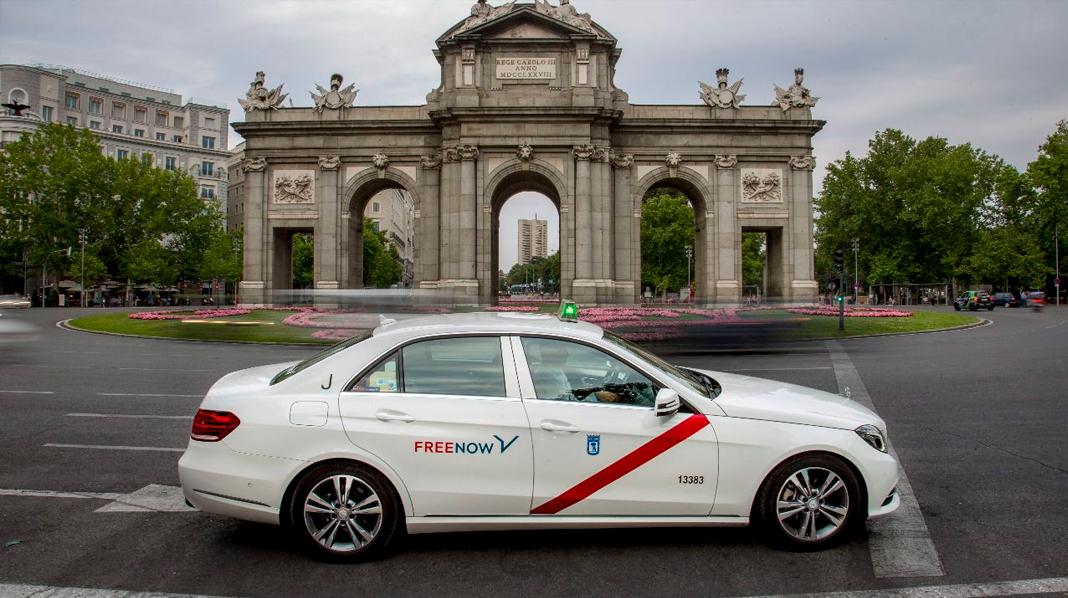 Aspecto de los Taxis de Madrid, con la Puerta de Alcalá detrás.