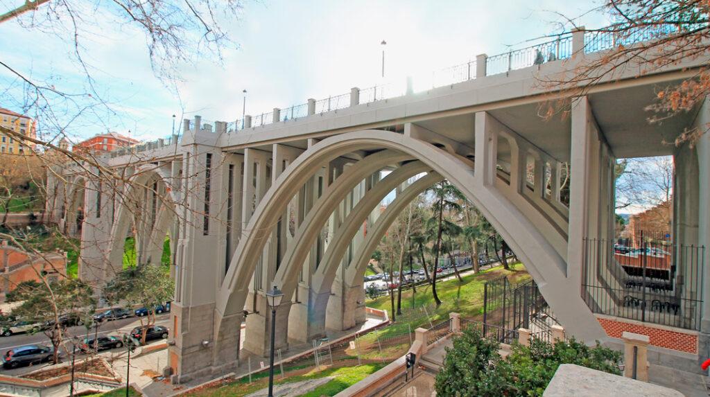 Aspecto del curioso viaducto que puede encontrarse en el barrio de La Latina en Madrid.