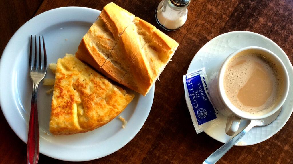 Típico almuerzo madrileño, con pincho de tortilla y café.