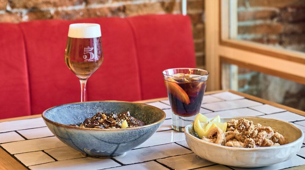 Típico aperitivo en Madrid, con Vermú, una caña de Cerveza, algo de frito y encurtidos.