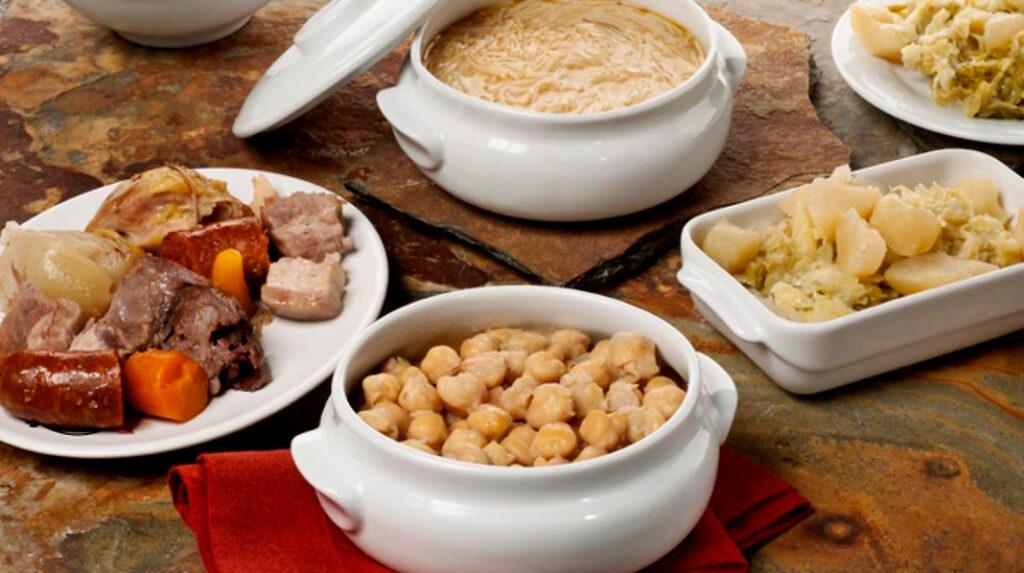 Típico cocido madrileño, con el caldo con fideos, la carne, los garbanzos y la verdura servidos por separado.