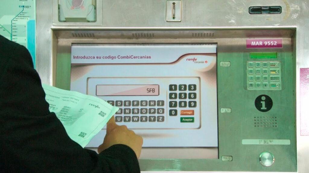 Un pasajero adquiriendo el bono combinado para usar Cercanías gratis con el billete de AVE.