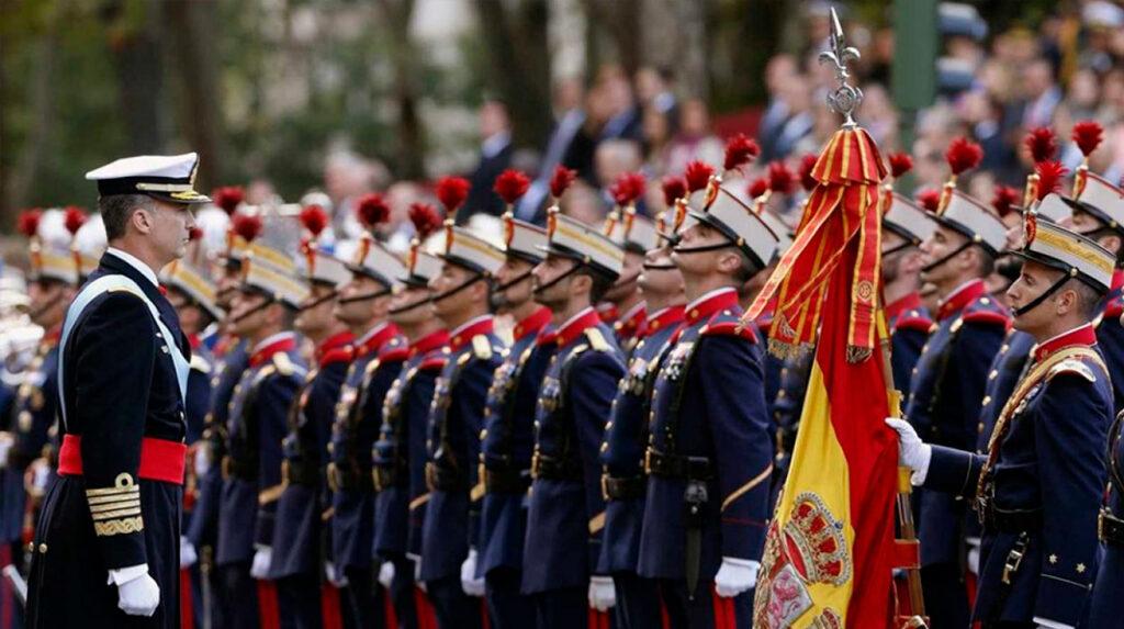 El Rey de España supervisa a las tropas durante el desfile militar del día de la Fiesta Nacional.