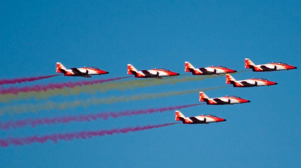 Miembros de la unidad acrobática del ejército del aire participando en el desfile aéreo de la Fiesta Nacional.